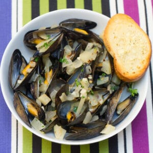 Spicy Fennel Mussels -- These Spicy Fennel Mussels are bright and flavorful with the perfect kick of spice (don't worry; they're not too spicy!) and are incredibly easy to make | wearenotmartha.com