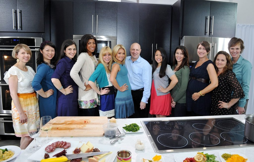 Group photo of media with Kelly Ripa and Tom Colicchio at Elextrolux Party Ready event