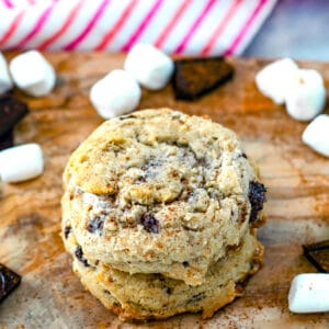 Mexican Chocolate Cookies -- These Mexican Chocolate Cookies are delicious cinnamon cookies packed with dark chocolate chunks and mini marshmallows. Totally addictive and perfect for summer campfires! | wearenotmartha.com
