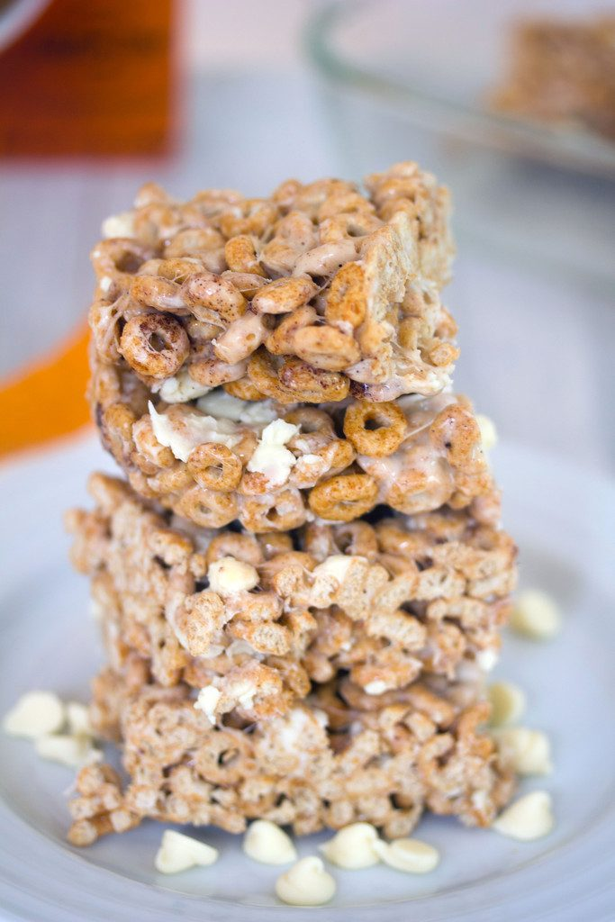 Pumpkin Cheerios Marshmallow Treats -- Pumpkin Spice Cheerios combine with marshmallows and white chocolate chips for a seasonal dessert! | wearenotmartha.com
