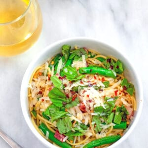 Spaghetti with Pancetta, Green Beans, and Basil -- This Spaghetti with Pancetta, Green Beans, and Basil is an easy weekday dinner that will make you feel like it's summer any time of year! | wearenotmartha.com