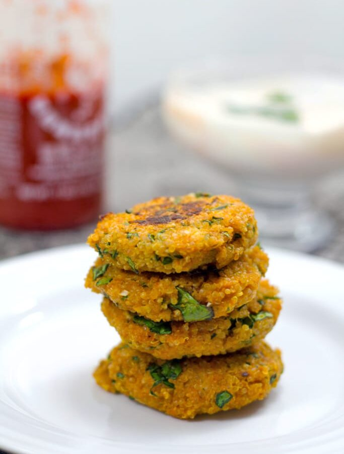 Sriracha Quinoa Cakes -- Sriracha Quinoa Cakes are packed with flavor and protein that will help get you through the day. They make the perfect party appetizer, but are also a deliciously healthy addition to your lunch | wearenotmartha.com