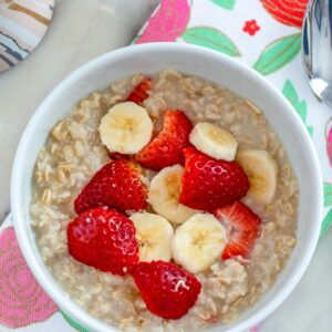 Strawberry Banana Oatmeal -- Oatmeal doesn't have to be boring! This Strawberry Banana Oatmeal is ready in 5 minutes and sure to brighten up your otherwise average weekday morning! | wearenotmartha.com